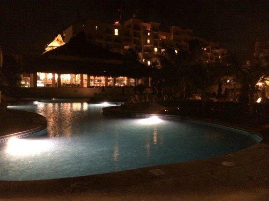 Fiesta Americana Condesa Cancun All Inclusive: Piscina a Noite