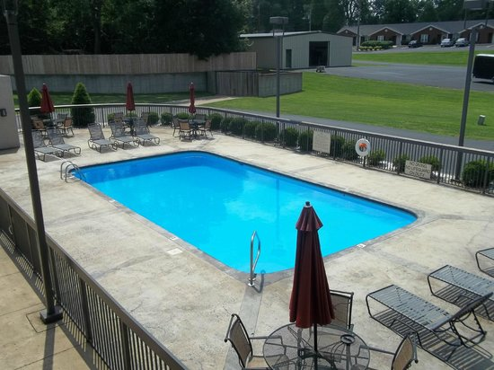 Quality Inn Paris/Ky Lake Area: Outdoor Pool