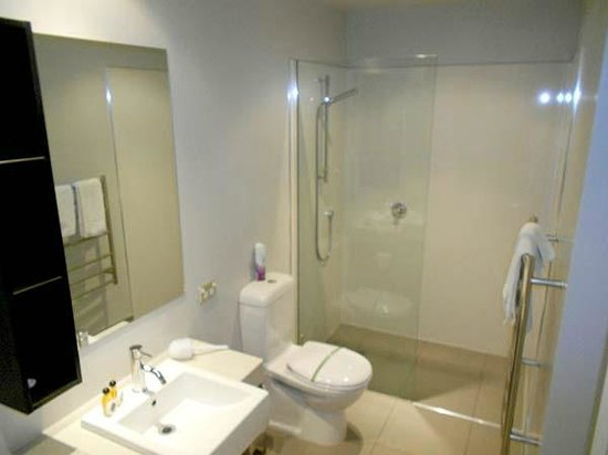 Central Luxury Apartments: The bath facilities are large, modern and spotlessly clean