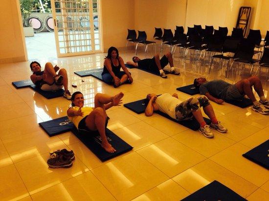 Granja Brasil Resort: Fazendo abdominais no Hotel Clarion depois da caminhada no parque com professores bem preparados