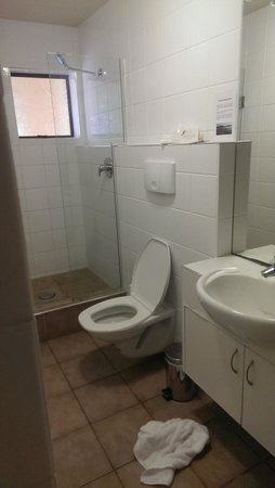 Onetangi Beach Apartments: average bathroom