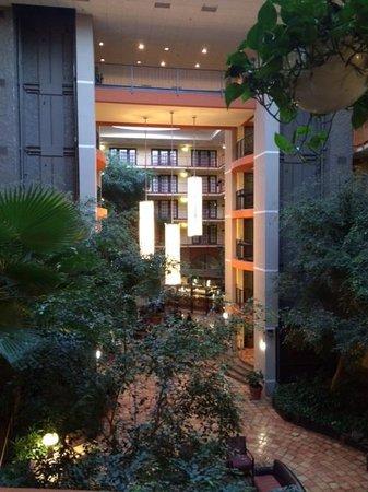 Aksarben Suites Omaha: Lobby Atrium