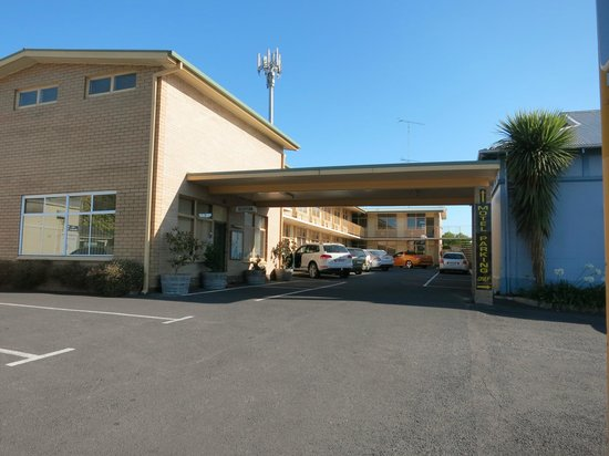 Grand Central Motel: Entry and parking