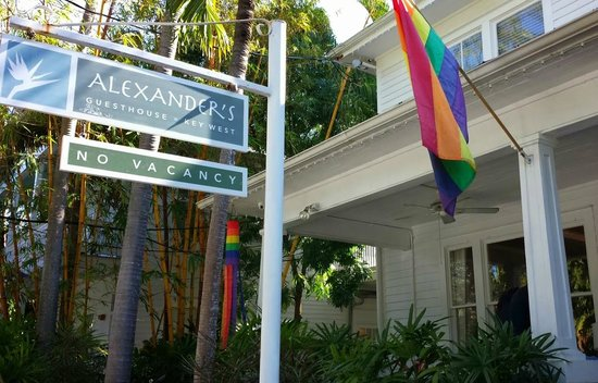 Alexander's Gay and Lesbian Guesthouse : Facing front porch of Alexanders