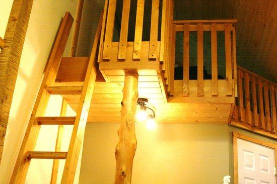 Surfs Inn Rainforest Cottages and Guesthouse: Cedar Loft Suite - Loft with double bed