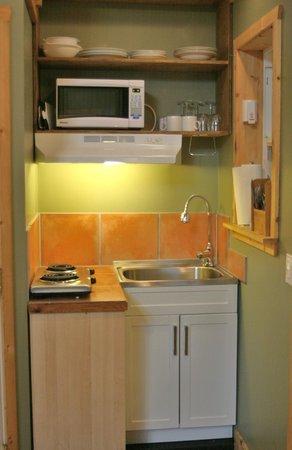 Surfs Inn Rainforest Cottages and Guesthouse: Cedar Loft Suite - light utility kitchen