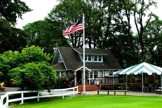 Sah-Hah-Lee Golf Course & Driving Range: The Pro Shop at Sah-Hah-Lee was the old farmhouse.