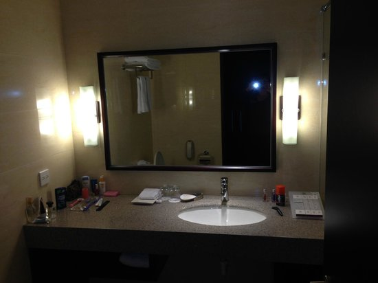 Lai Lai Hotel: Bathroom vanity area