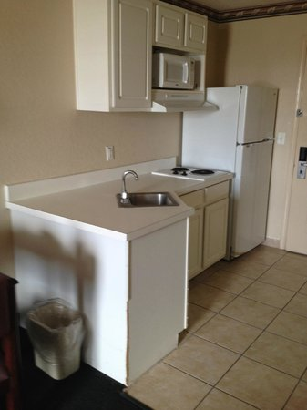 Red Roof Inn & Suites Pensacola - NAS Corry : Kitchen