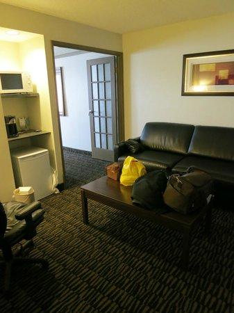 Ramada Niagara Falls/Fallsview : sitting area in our room