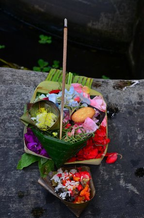 Kubu Kauh Beach Inn Legian: The offering at the temple