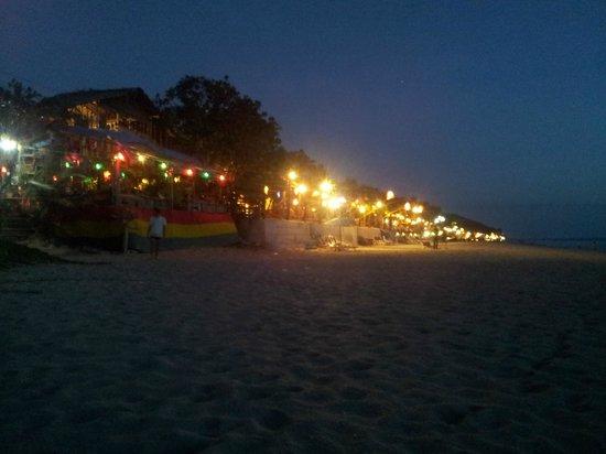 Lanta Il Mare Beach Resort : Zona de restaurantes accesible a pie