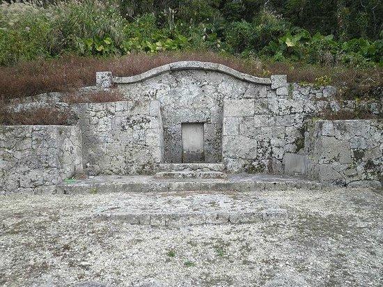 Nakagami-gun, اليابان: 護佐丸の墓(城外、徒歩五分程)