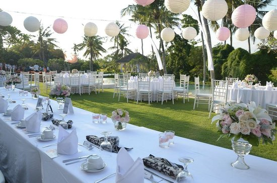 Tirta Ayu Hotel & Restaurant: WEDDING DINNER SET UP