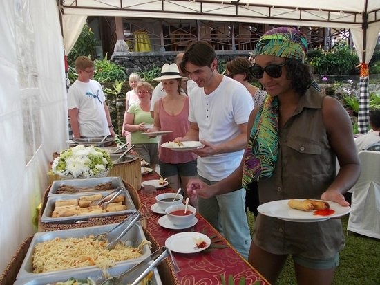 Tirta Ayu Hotel & Restaurant: BBQ AT GARDEN