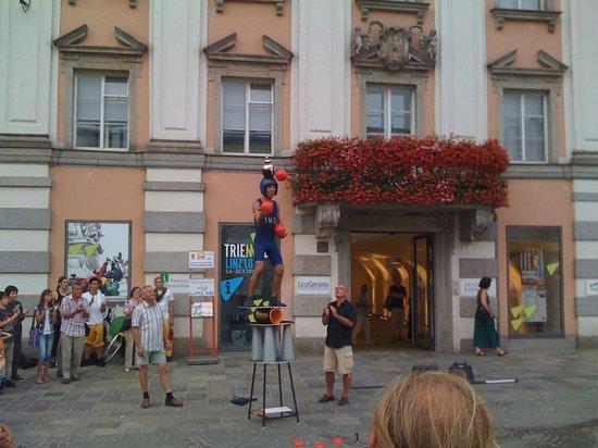 Hauptplatz : scherzo acrobatico con palla bomba