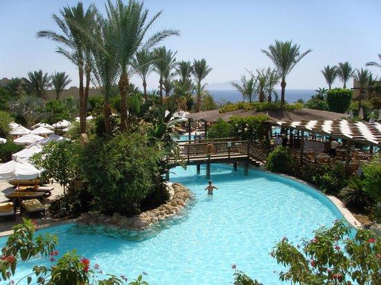 The Grand Hotel Sharm El Sheikh: Вид на один из многочисленных бассейнов