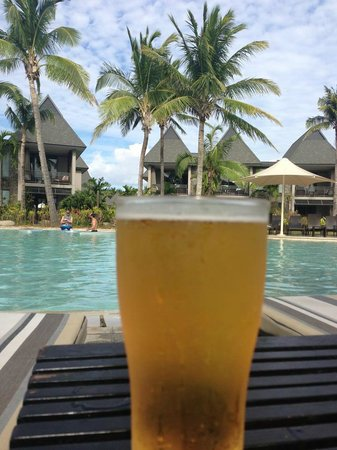 InterContinental Fiji Golf Resort & Spa: Cold beer by the family/kids pool