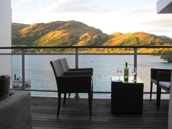 Hilton Queenstown Resort & Spa: Our deck with lake