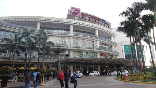 Riviera Mansion Hotel: Robinson Mall - 5 min walk