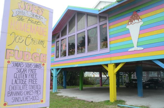 Joe's  Eats and Sweets: The multi-colored building that attracted us.