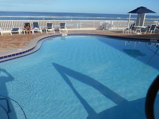Days Inn Ormond Beach Mainsail Oceanfront: View of pool & beach