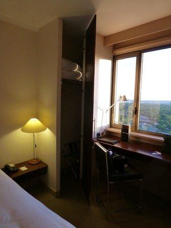 Hyatt Regency Paris Étoile : 部屋の幅いっぱいに窓があります.