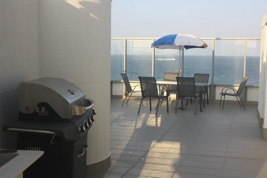 Majorca Isle Beachside Resort: Roof top BBQ entertainment area