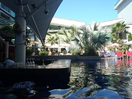 The KEE Resort & Spa: Pool bar