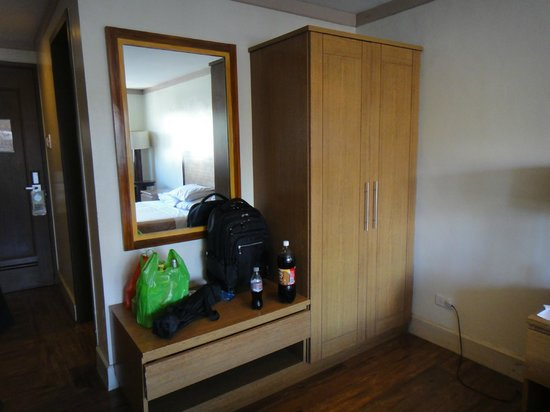 Holiday Park Hotel: Spacious Cabinet