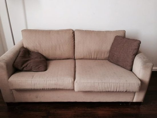 Oaks Goldsbrough Apartments: Dirty couch in living area