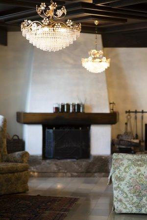 Hotel Olympia Garni: камин