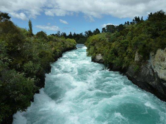 Huka Falls tracks: Thundering water