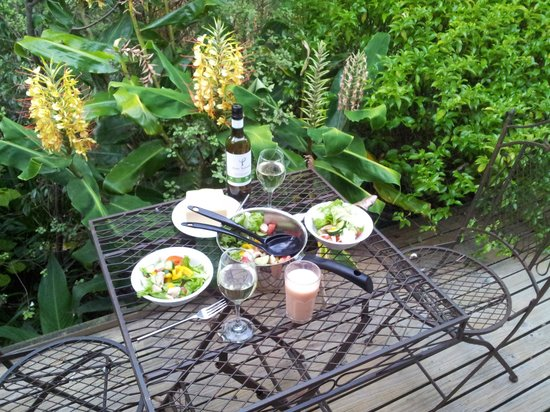 Katikati Bird Gardens : Breakfast on the deck