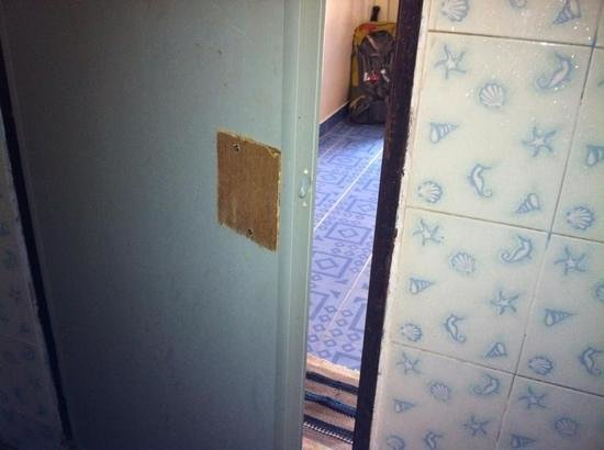 Lanta Palm Beach Resort: no handle on bathroom door
