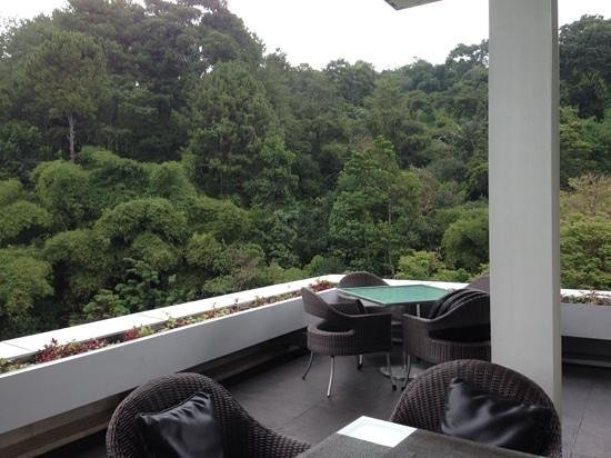 Padma Hotel Bandung: view from the restuarant, waiting for the sun to shine.......