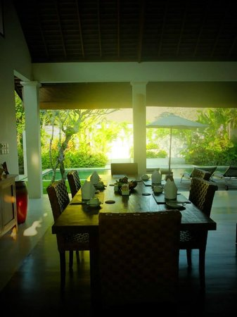 Saba Villas: Dining table overlooking pool