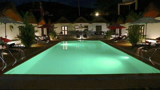 Sunz En Coron Resort: Pool at night