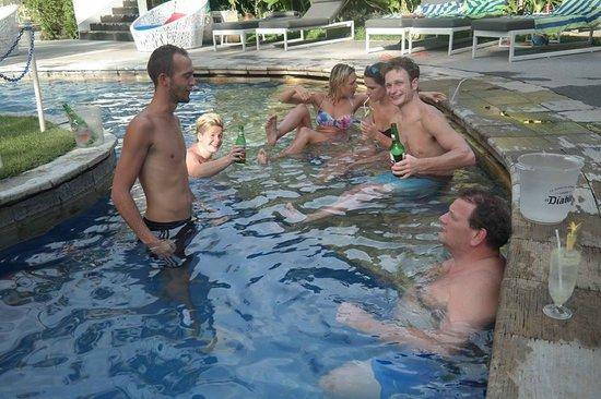 Sanur Paradise Plaza Suites : Heerlijk drankje bij het zwembad met zijn alle!