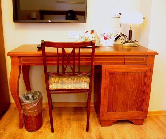 Arcadia Ba'Moshava Jerusalem: Desk in Superior room