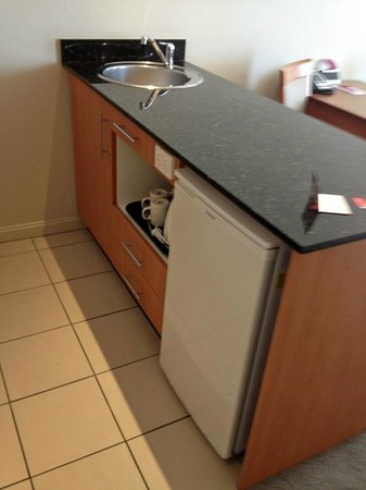 Crowne Plaza Newcastle: Island with sink and mini-refridge