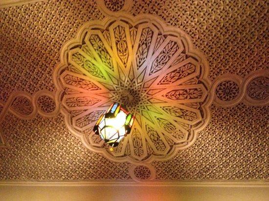Riad Fes Aicha : Plafond in onze slaapkamer