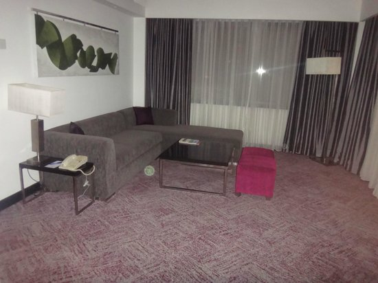 Cinnamon Lakeside Colombo: Room seating area