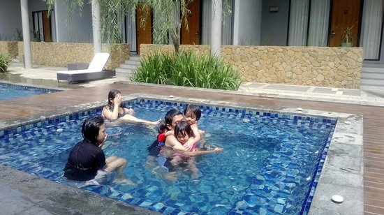 Hotel NEO+ Green Savana Sentul City: swimming pool