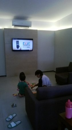 Hotel NEO+ Green Savana Sentul City: family room with tv