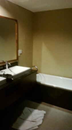 Hotel NEO+ Green Savana Sentul City: bathroom