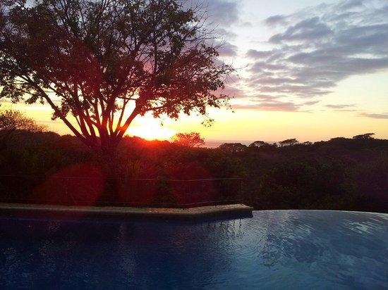 Hotel Luna Azul: Vue sur la piscine et son magnifique coucher de soleil