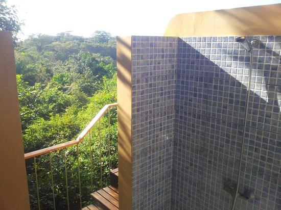Hotel Luna Azul : La salle de bain ouverte sur la forêt