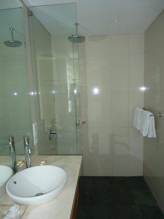 AQ-VA Hotel & Villas: Decent Sized Bathroom