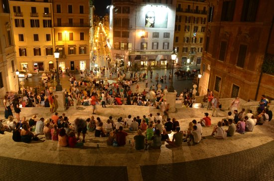 Place d'Espagne (Piazza di Spagna) : Большая многонациаональная семья на площади